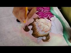 Pintando cabelo de bebê em fraldas, aulas de pintura em tecido