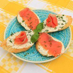 Утром хочется чего-то легкого и в тоже время сытного#завтрак #форель #сырфиладельфия #укроп #базилик #травы #зелень #хлеб #бутерброды ☕️ #fish #cheese #breakfast #basil #bread
