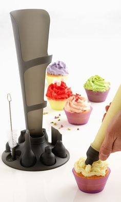 Easy icing decorating kit // with bag stand and decorative nozzles #product_design #kitchen #baking