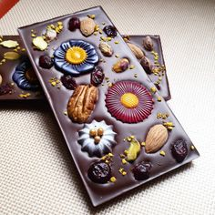 A new chocolate bar for spring! Bitter chocolate with salted almonds, pistacchios, pecans, cranberries and polen.leap off with xmas flowers Artisan Chocolate, Chocolate Shop, Chocolate Bark, Chocolate Truffles, Homemade Chocolate, Chocolate Lovers, Chocolate Desserts, Almond Chocolate, Chocolate Navidad