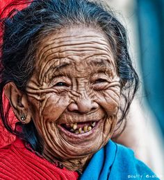 'A Face and Smile most older people do not like to have their photo taken. What a face.and what a smile! We Are The World, People Around The World, Around The Worlds, Old Faces, Many Faces, Smile Face, Make Me Smile, Happy Smile, Beautiful Smile