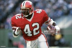 Gerald Riggs of the Atlanta Falcons carries the ball against the Philadelphia Eagles during an NFL football game November 10 1985 at Veterans Stadium in Philadelphia Pennsylvania. Riggs played for the Falcons from Atlanta Falcons Team, Falcons Football, Football Uniforms, Football Helmets, Football Video Games, Nfl Detroit Lions, Best Player, Philadelphia Eagles, American Football