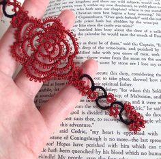 He encontrado este interesante anuncio de Etsy en https://www.etsy.com/es/listing/102567977/gothic-rose-bookmark-in-tatting-rosa