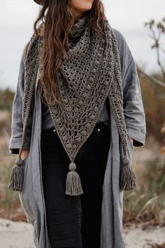 Crochet Shawls And Wraps, Crochet Scarves, Crochet Clothes, Crochet Triangle, Double Crochet, Crochet Mandala, Crochet Stitches, Knit Crochet, Dishcloth Crochet