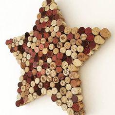 Tablero de la nota de corcho con forma estrella de corte reciclar corchos de vino. Decoración ideal para cualquier lugar en el hogar como una decoración independiente o como un lugar para mantener a salvo tus notas y fotos. Hace el regalo perfecto para cualquier amante del vino.