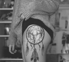 Tatuagem Filtro dos Sonhos na coxa |