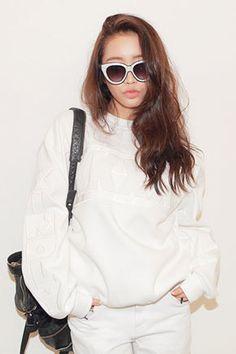 Today's Hot Pick :KKXX-TO-0985WB http://fashionstylep.com/SFSELFAA0000583/stylenandatw/out 反光刺繡KKXX衛衣 讓普通的白色和黑色變成經典之最 100%純棉穿著舒適 既舒服又讓你成為時尚達人的必備衛衣!