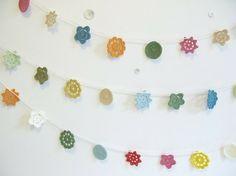 bunting snowflakes in color - Faire la même chose avec des étoiles en crochet