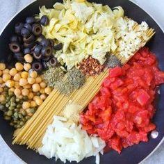 One pot spaghetti alla puttanesca: a fast & hearty vegan pasta dish with olives, capers, chickpeas and artichoke hearts!