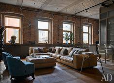 Между окнами висят лампы, Lampe Gras. Справа виден фрагмент кухни и зоны столовой.