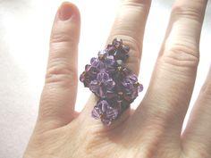 Anillo Rayo fucsia de cristales de swaroski y anilla de rocalla elástico. caprichosmarja@gmail.com