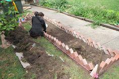 10 Solid Garden Edging Ideas With Bricks - Garden Lovers Club Garden Border Edging, Brick Garden Edging, Lawn Edging, Garden Borders, Border Edging Ideas, Brick Landscape Edging, Sloped Garden, Garden Beds, Lawn And Garden