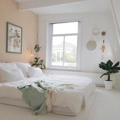 Bekijk deze prachtige slaapkamer met een roze muur en veel planten op Shopinstijl.nl. Laat je inspireren en shop eenvoudig alle producten bij onze partners.