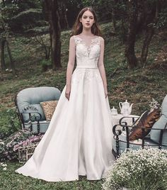 Atelier Lyanna 2017 - Hong Kong - A ravishing A-line wedding dress with lace embroidered details on the bodice.