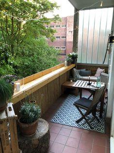 Ausklappbarer Tisch, Chilllounge auf dem Balkon. Viele Möglichkeiten den kleinen Raum unteschiedlich zu nutzen! www.170qm.com
