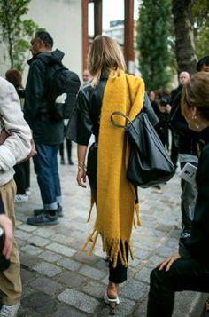 Ils portent: Printemps de la mode 2018 Paris Fashion Week femmes - P&D MODEBERATUNG empfiehlt styling inKnallfarbe # scarf # big # maxi # schal # bag # Tasche # Street style at Paris Fashion Week Women's Spring 2018 - Fashion Week Paris, Paris Street Fashion, Winter Fashion, Milan Fashion, Look Street Style, Street Chic, Looks Style, Style Me, Look Fashion