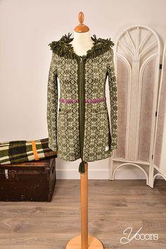 ODD MOLLY vest, maat S (Y161278) -- Aangeboden door yooors.nl. ----- Heel apart en mooi Odd Molly vest! In een rustige kleur groen met veel bijzondere details. Het vest heeft franjes in de capuchon, steekzakken aan de voorzijde en bestaat uit 80% lamswol en 20% nylon.