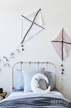 Chambre d'enfant avec des cerfs-volants au mur / Moon and kites on the wall of a kid room