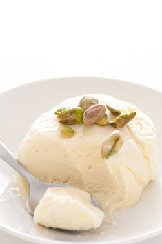 Honey semifreddo with just three simple ingredients (honey and two types of cream). And no ice cream maker involved. Frozen Desserts, Frozen Treats, Delicious Desserts, Dessert Recipes, Yummy Food, Sweet Treats, Yummy Treats, Homemade Ice Cream, Ice Cream Recipes