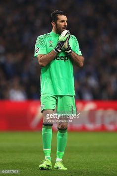 Fotografía de noticias : Gianluigi Buffon of Juventus looks on during the...