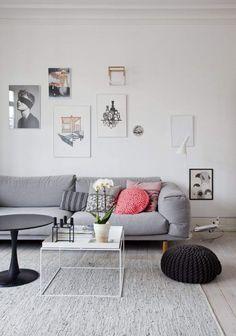 hyggelig stue med danske illustrationer på væggene