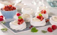 Kopper/kurver/beger!? Porsjonspavlova i begerform kan fylles med all verdens herligheter. Prøv vaniljekrem og fruktsalsa av eple og røde bær for friskhet og... Lemon Curd, Pavlova, Meringue, Panna Cotta, Cake Recipes, Tin, Cheesecake, Food And Drink, Sweets