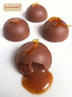 Comment résister à ces petits chocolats cœur caramel au beurre salé ? Impossible ! Croquants à l'extérieur et coulants à l'i...