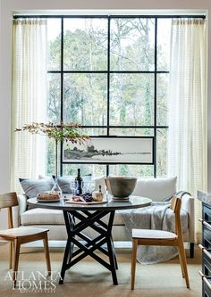 On a sprawling Sandy Springs property, a pair of discriminating homeowners added architectural exuberance and intriguing design details to the Home for the Holidays Showhouse Dining Nook, Dining Room Design, Living Room Inspiration, Home Decor Inspiration, Home Decor Styles, Cheap Home Decor, Harrison Design, Atlanta Homes, Eclectic Decor