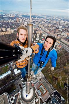 Hot Air Balloon Jump Selfie GoPro At Halloween, when most people opt for the treats, GoPro athletes Mike Escamilla and Travis Fienhage clearly went for the trick. Parkour, Wow Photo, Best Selfies, Selfie Stick, Top Of The World, Daredevil, Bad Timing, Extreme Sports, Climbers
