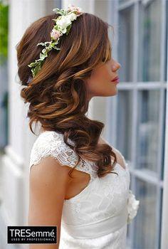 Chica joven con un peinado de novia ideal para una boda en primavera o verano
