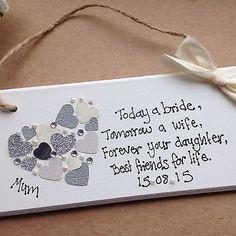 ♥♥♥  10 ideias para presentear sua mãe em seu casamento Elas merecem muito, não é mesmo? As mãe são indispensáveis no casamento, principalmente ao lado da noiva, para tranquilizá-la e deixar claro que... http://www.casareumbarato.com.br/10-ideias-para-presentear-sua-mae-em-seu-casamento/