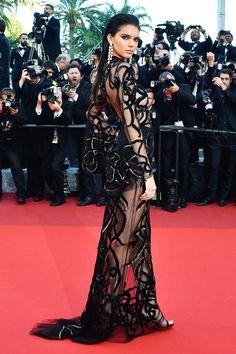 Кендалл Дженнер в Roberto Cavalli на премьере фильма «Каменная болезнь» в Каннах - мода, красота, украшения, новости, тренды, коллекции брендов одежды, обуви и аксессуаров: все новинки в онлайн-версии журнала Vogue.