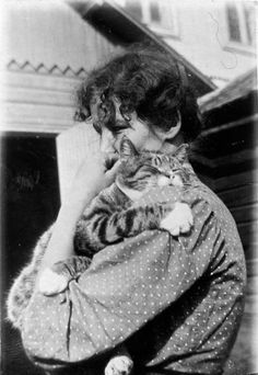 It was often the case that the so-called utility animals meant much more to people than the name suggests. Antique Photos, Old Photos, Vintage Photos, Crazy Cat Lady, Crazy Cats, Baby Animals, Funny Animals, Animal Cartoon Video, Cat People