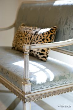 Each piece in Ebanista's collection is a work of art, with a luxurious handcrafted quality. Gorgeous silhouettes, exquisite finishes, special little details. Banquettes, Belgian Pearls, Some Beautiful Images, Settee Sofa, Swedish Design, Take A Seat, Painted Furniture, Marble Furniture, French Furniture