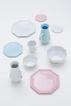 【手多自己翻譯】陶瓷餐具系列「KIKO ~ Bowl Lake~」 ,這是一個日本滋賀縣的琵琶湖的工藝品計劃,目標為運用日本滋賀縣的琵琶湖 Lake Biwa 的自然風土,和多年的工藝技術,製作合乎現代生活方式的傳統工藝品。(http://shiga-motherlake.jp/index.html)KIGI 參與了這一計劃,與當地工匠-丸滋製陶株式会社 (Marushi-Seitou Co., Ltd.) 合作製作一系列「KIKOF」產品。作為平面設計師,KIGI從八角形作基底,用紙張做了餐具的模樣,希望製作很薄很輕的餐具。經過多重嘗試,最後定案使用 信楽土(Shigaraki clay),是一種可製作大型耐熱道具的理想材料。餐具的顏色選擇基於湖面在日與夜之間的變化。餐具壓上「670.25」字樣,那是琵琶湖的面積(km^2)。信楽土(Shigaraki clay)是日本最大的湖-琵琶湖湖底的泥,粗糙的質感為這一系列的餐具增添了溫暖的手感。
