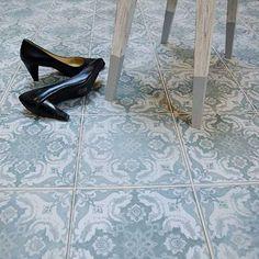 kvm Klinker FS vintagestil for kitchen 30s Fashion, Halle, Chanel Ballet Flats, Color Combos, Tile Floor, Tiles, Kitten Heels, Pumps, Flooring