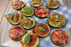 Mini courgette pizza's recept Healthy Recepies, Yummy Healthy Snacks, Healthy Meals, Party Food And Drinks, Snacks Für Party, I Love Food, Good Food, Pureed Food Recipes, Sandwiches