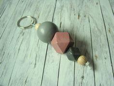 Mit diesem schönen Geometrie - Schlüsselanhänger aus Holz- und keramikperlen findest du deinen Schlüsselbund in jeder Tasche.   Die Holzperlen wurden von mir bemalt und lackiert. Ohne Ring ist...