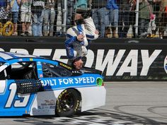 Carl Edwards wins Food City 500 in Bristol