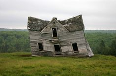 Abandoned Mansions, Abandoned Buildings, Abandoned Places, Crooked House, Wendy House, Interesting Buildings, Big Tree, Old Houses, Farm Houses
