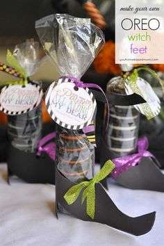 Witch Shoes and Free Printable Tag Free printable witch shoes and tag for Oreo Halloween treat. This is such a fun idea! Dulceros Halloween, Scary Halloween Food, Bonbon Halloween, Halloween Favors, Halloween Games For Kids, Halloween Goodies, Kids Party Games, Halloween Food For Party, Party Fun