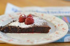 Оригинальный французский шоколадный тарт - tarte au chocolat! Если вам нравятся шоколадные торты, то вам понравится и этот сочный шоколадный пирог. На самом деле состоит он всего из нескольких ингредиентов - очень сочный, а также довольно сладкий. Особенно вкусный тарт, когда он еще немного теплый. Desserts, Food, Chocolate Tarts, Tailgate Desserts, Deserts, Eten, Postres, Dessert, Meals
