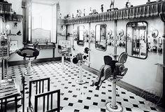 No podemos devolverte esta joya de peluquería infantil que existió en los almacenes EL SIGLO en las Ramblas de Barcelona antes de su incendio en 1932... Pero sí que podemos trasladarte a la misma magia que vivían sus clientes en BAJOMISOMBRERO #perruqueria #barcelonaantiga #barcelona #bcn #loves_barcelona #ig_barcelona #hairsalon #saloncoiffure #coiffure #peluqueria #vintage #vintage