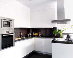 Cocina blanca y sencilla blanca con encimera oscura Kitchen Furniture, Kitchen Interior, New Kitchen, Kitchen Dining, Kitchen Decor, Kitchen Cabinets, Luxury Kitchens, Home Kitchens, Small Apartment Design