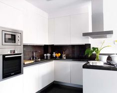 Cocina blanca y sencilla blanca con encimera oscura#cocina#blanco