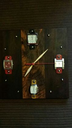 93f862bacfb Relógio feito de relógios de pulso antigos Relógios
