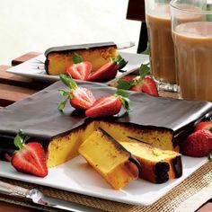 Lækker appelsinkage med friske økologiske appelsiner, revet marcipan og chokolade.