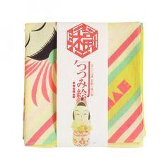 京都の風呂敷メーカー「山田繊維株式会社」とCOCHAEとのコラボによる、風呂敷シリーズ「福コチャエ」に新しいラインナップが登場しました。 縁起物の一枚布を結んで包めば、笑いを誘うユニークな包みの出来上がり。持っているだけで、個性的な柄が注目の的になりそう。 むすんで楽しい、広げて楽しい。 包んで楽しい、見て楽しい。 くるくる来る来る 福が来る。 一枚の布から くるくるくるくる。 変化する縁起ものたち。 さてさて今日は何を包みましょう。 どの風呂敷とでかけましょう。 遊び心をしのばせて、想いを包みましょう。 贈り物にも、お土産にも。 お弁当等、日常使いにも。 *どの風呂敷も包んだ時に絵が映えるように構成されています。 カタログはこちら→1枚目、2枚目。 より詳しい商品のご紹介は山田繊維株式会社のホームページをご覧ください。 同社の商品取扱店舗のほか、むす美オンラインショップからもご購入いただけます。 【サイズ】横49×縦49センチ 【素 材】綿100% 【原産国】日本 【定価】800円(税別)  招き猫 コウハク