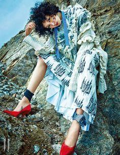 레이스를 장식한 양초 무늬 드레스 4백만원대, 목에 두른 깃털 스카프 1백10만원, 붉은색 힐 90만원대. 모두 미우미우 제품. 굵은 니트 짜임과 러플 장식이 돋보이는 롱 카디건은 스텔라 매카트니 제품. 5백49만원.