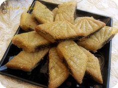 Voici un délicieux gâteaux très connu au Maghreb pour accompagner votre tasse de thé un délice il existe plusieurs façon de préparer le Makrout , on peu le farcir d'amande ou de pâte de datte , le miens je l'ai farci de pâte a figue et j'ai parfumé la...